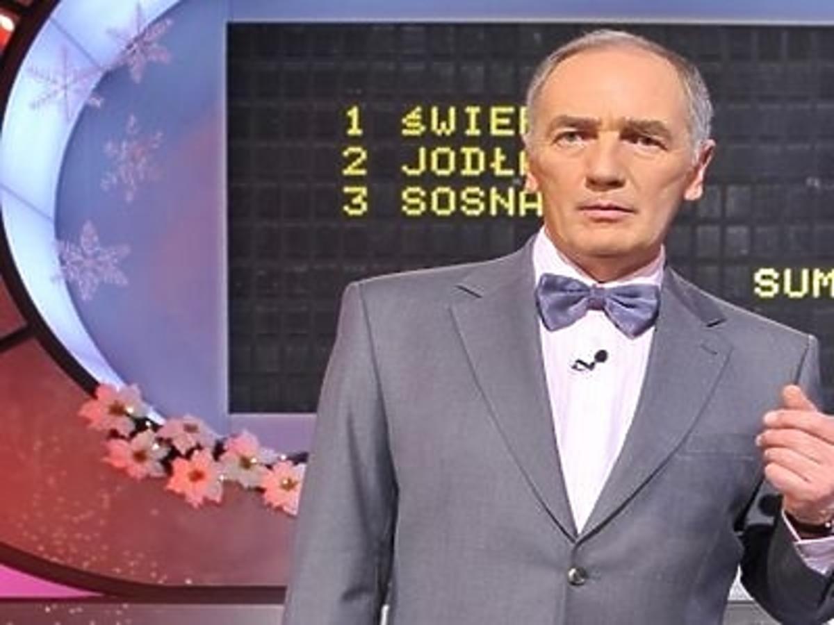 Karol Strasburger w teleturnieju Familiada w szarym garniturze i szarą muchą