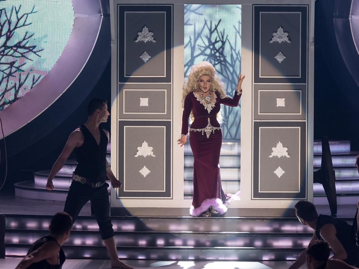 Katarzyna Glika jako Violetta Villas w pierwszym odcinku Twoja Twarz Brzmi Znajomo 4