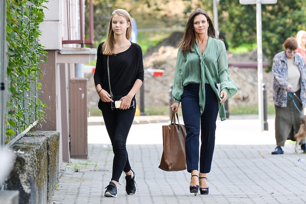 Kinga Rusin z córką na spacerze