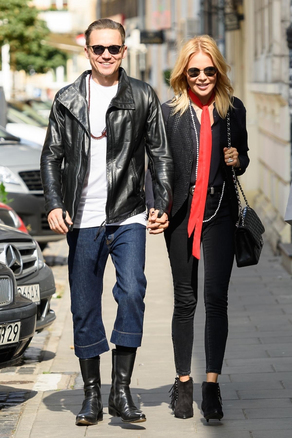 Maja Sablewska na ulicy ubrana na czarno z czerwonym szalem