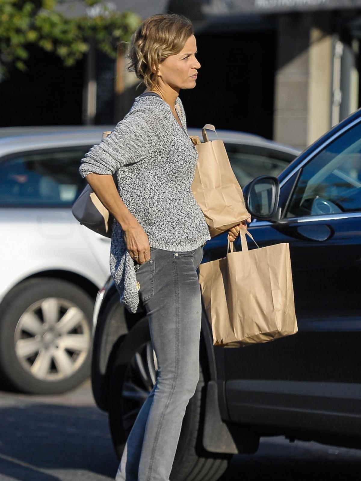 Małgorzata Foremniak w szarym sweterku z torbami