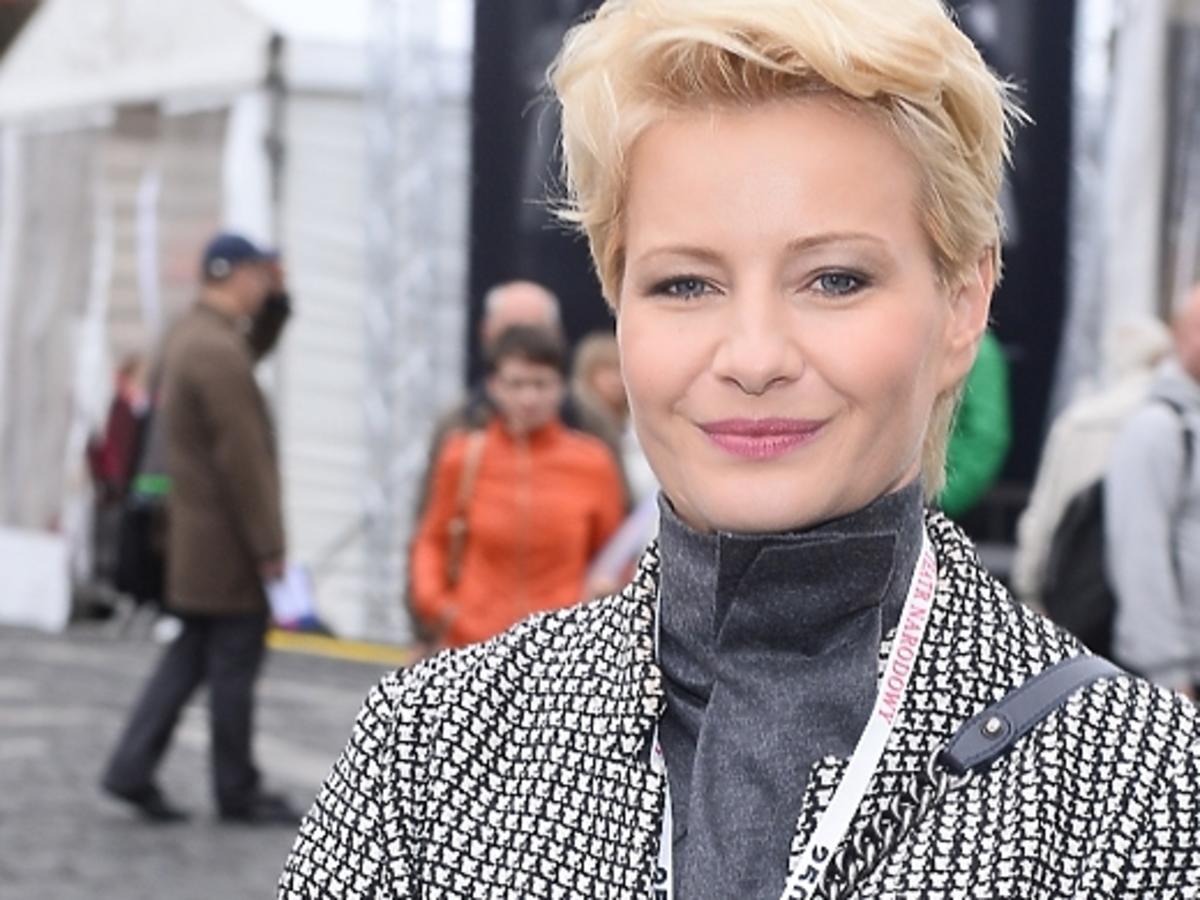 Małgorzata Kożuchowska w szarym płaszczu