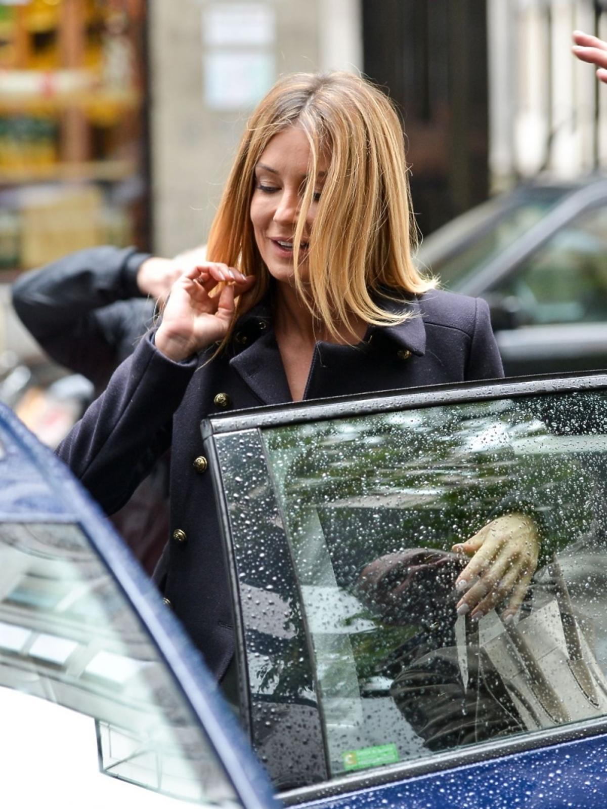 Małgorzata Rozenek wchodzi do samochodu pod studiem Dzień dobry TVN