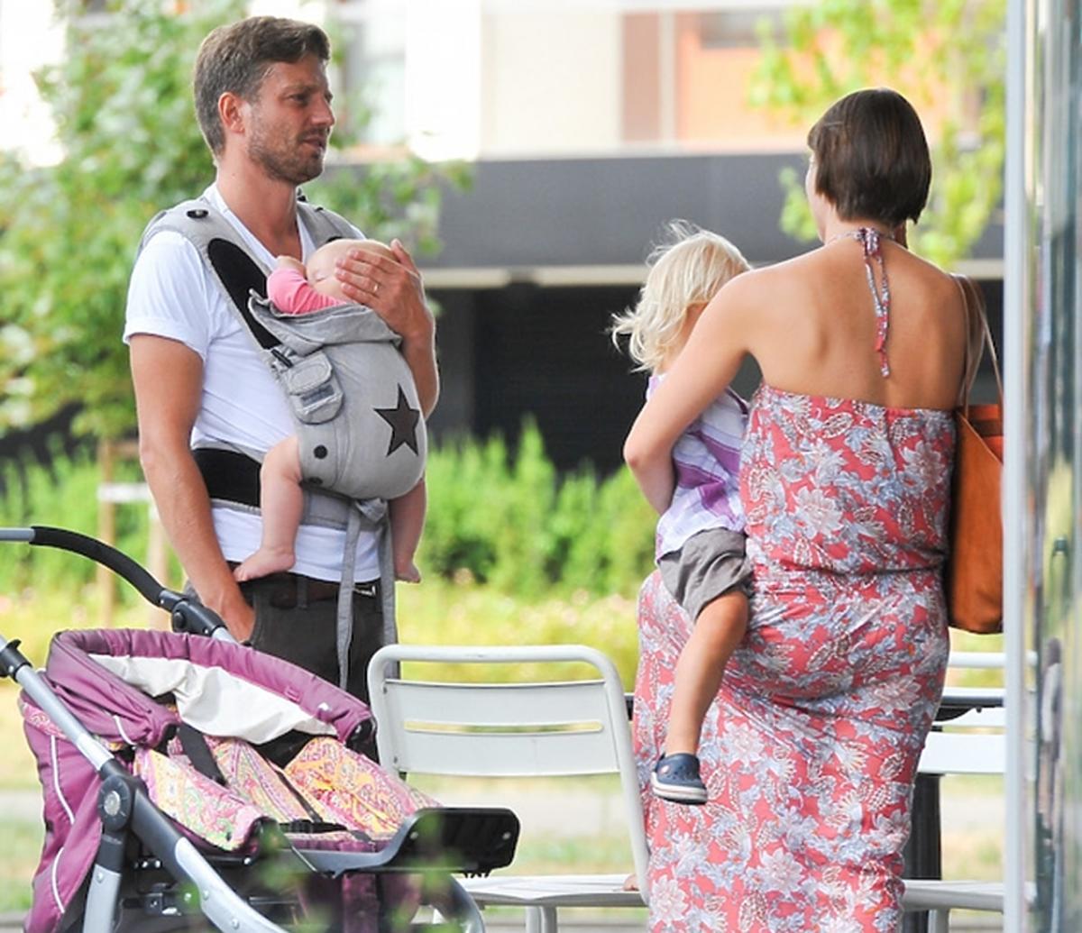 Marcin Rogacewicz z rodziną na spacerze