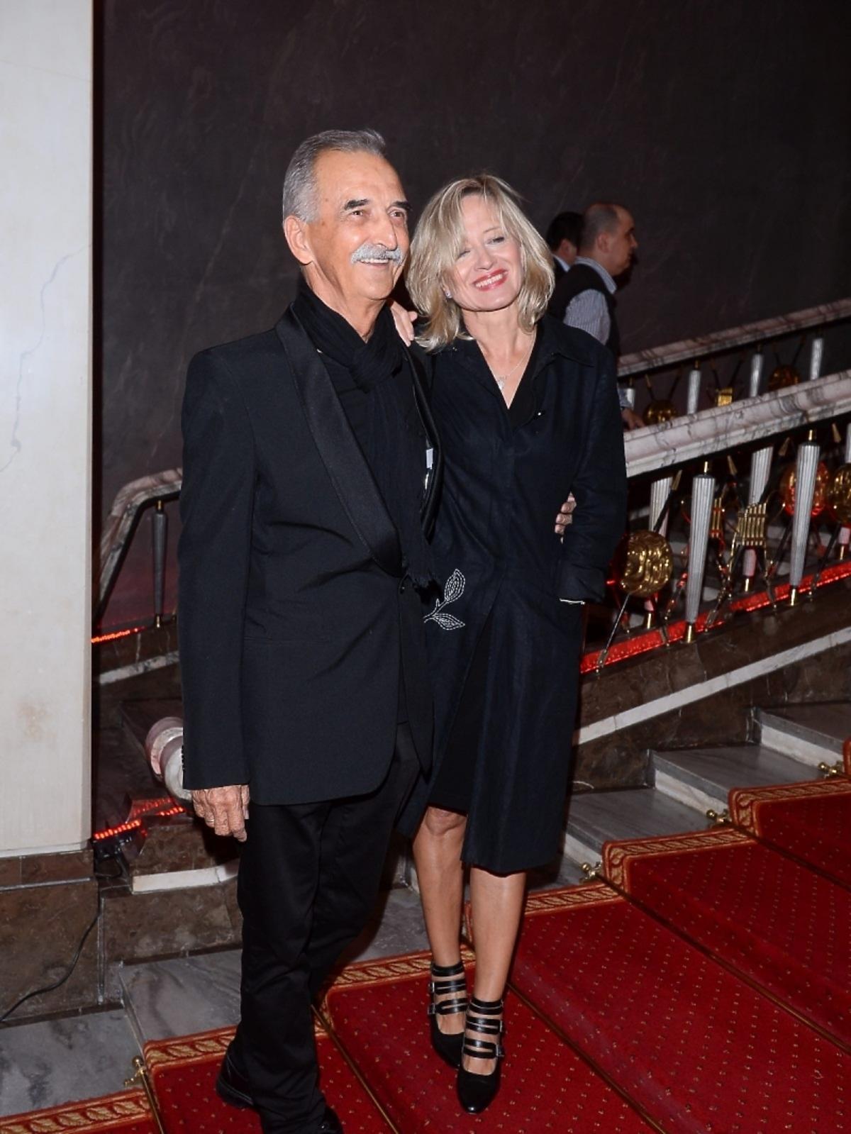Marek Koterski i  Małgorzata Bogdańska na czarno na czerwonym dywanie