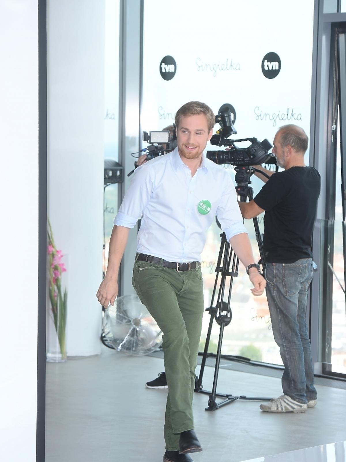 Mateusz Janicki w zielonych spodniach
