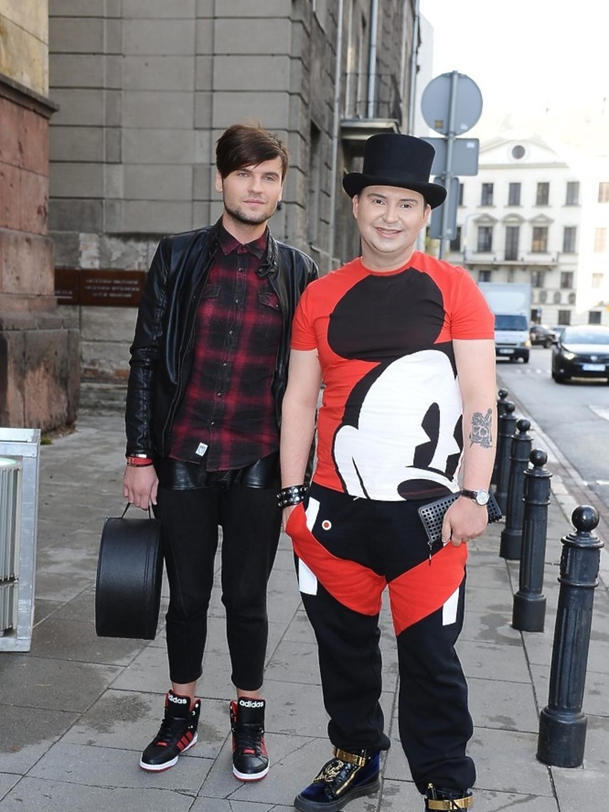 Michał Witkowski w bluzie w myszke miki z partnerem na ulicy