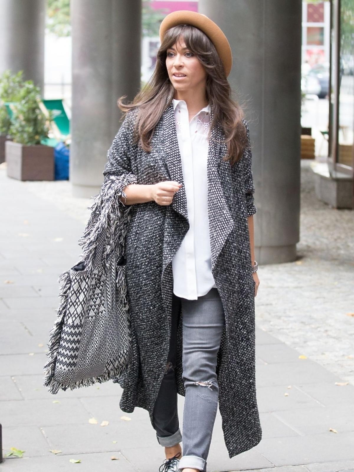 Natalia Kukulska w szarym płaszczu