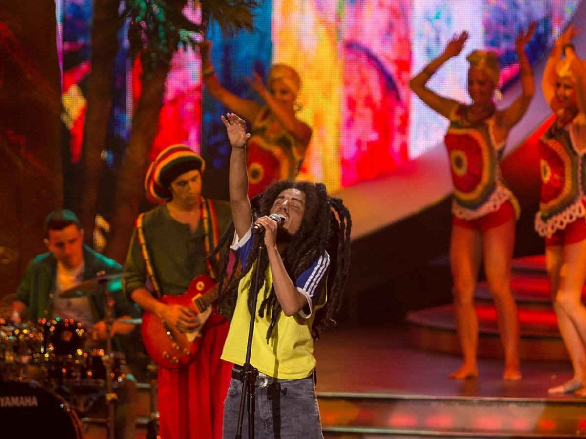 Natalia Szroeder jako Bob Marley w pierwszym odcinku Twoja Twarz Brzmi Znajomo 4