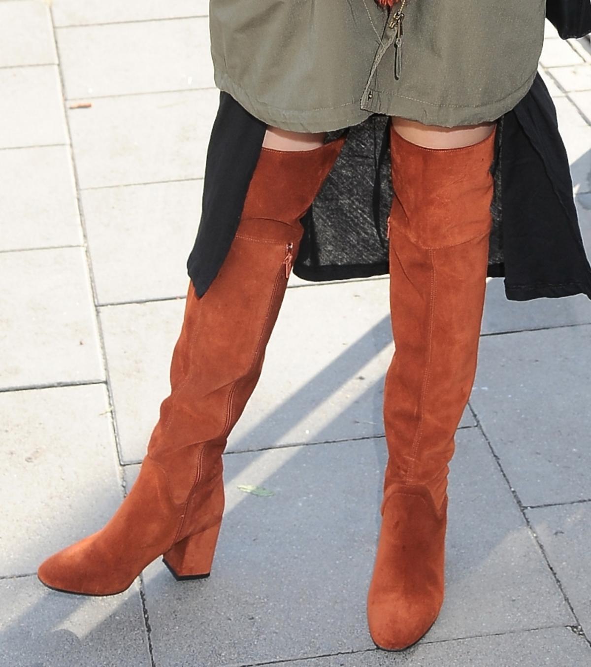 Paulina Drażba na pokazie MMC w brązowych butach na ulicy