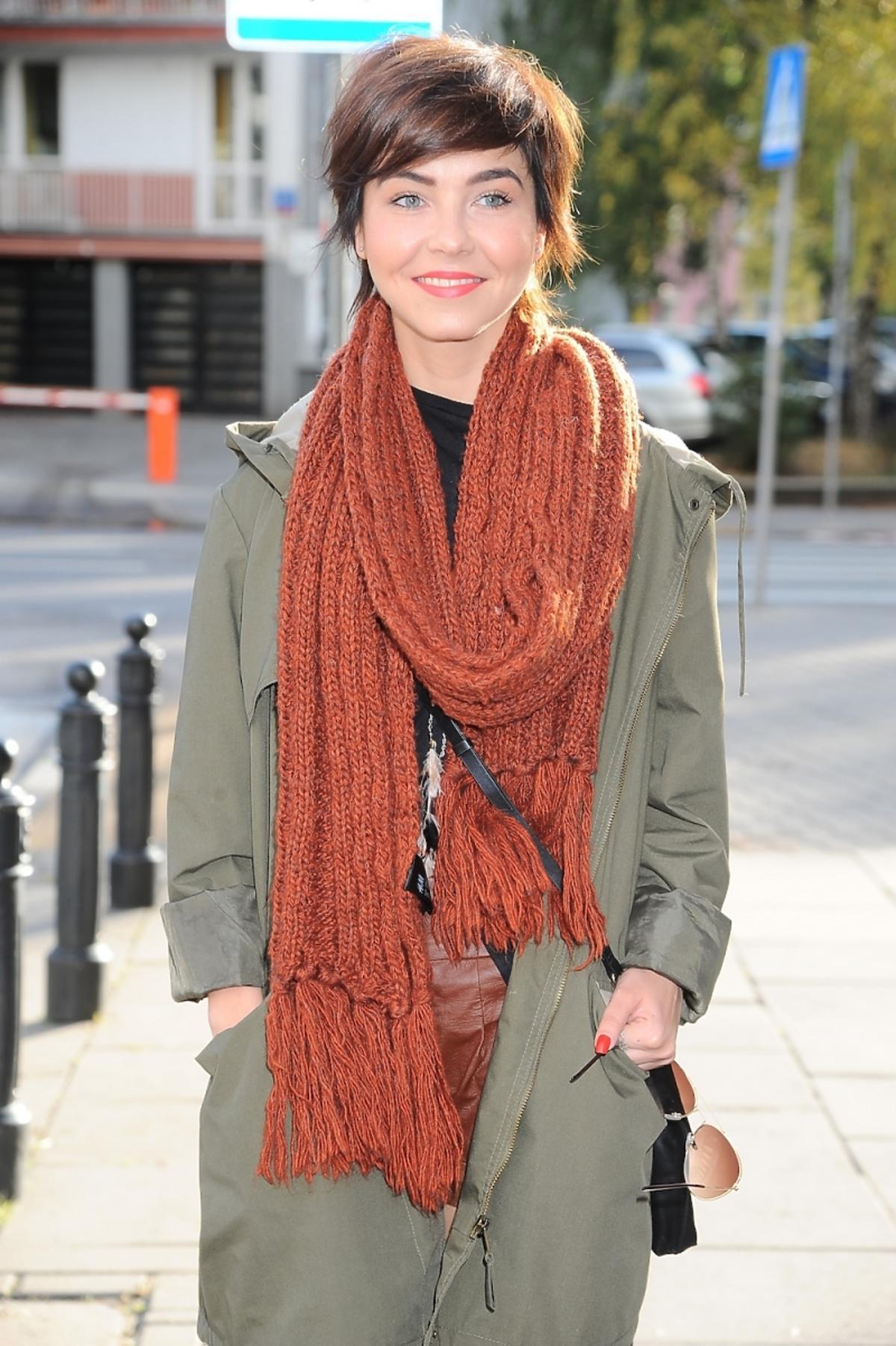 Paulina Drażba na ulicy w zielonej parce i brązowym szaliku