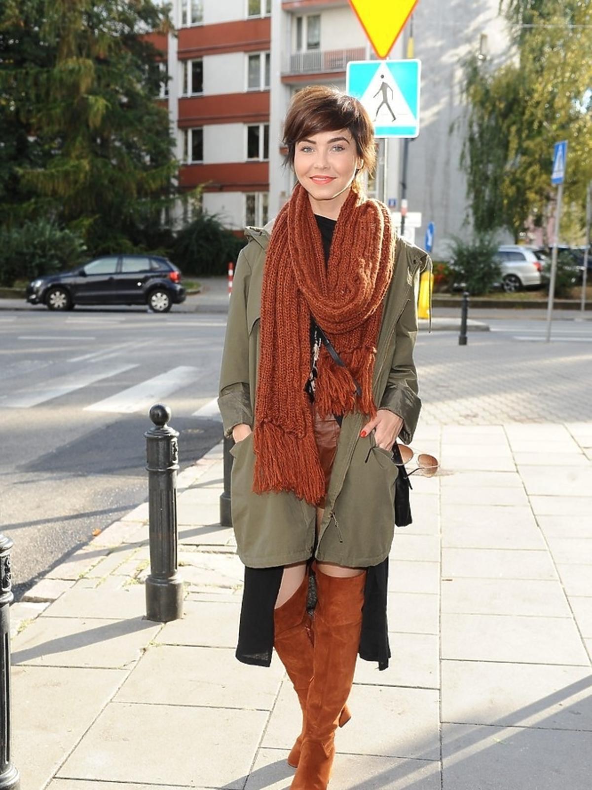 Paulina Drażba w rudym wełnianym szaliku i rudych kozakach na ulicy