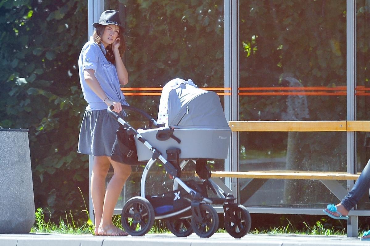 Paulina Krupińska na spacerze z córką