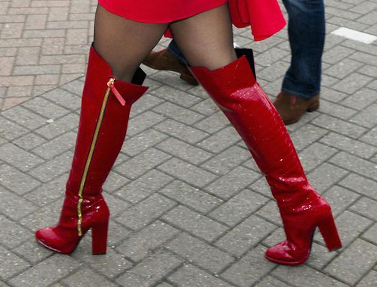 Rita Ora w czerownej sukience w czerownych lakierowanych kozakach