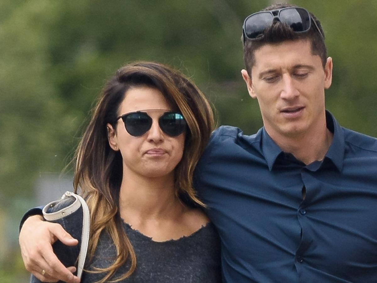 Robert Lewandowski w granatowej koszuli na spacerze z żoną Anią