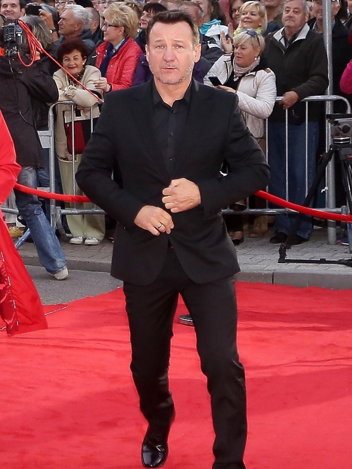 Robert Więckiewicz w garniturze