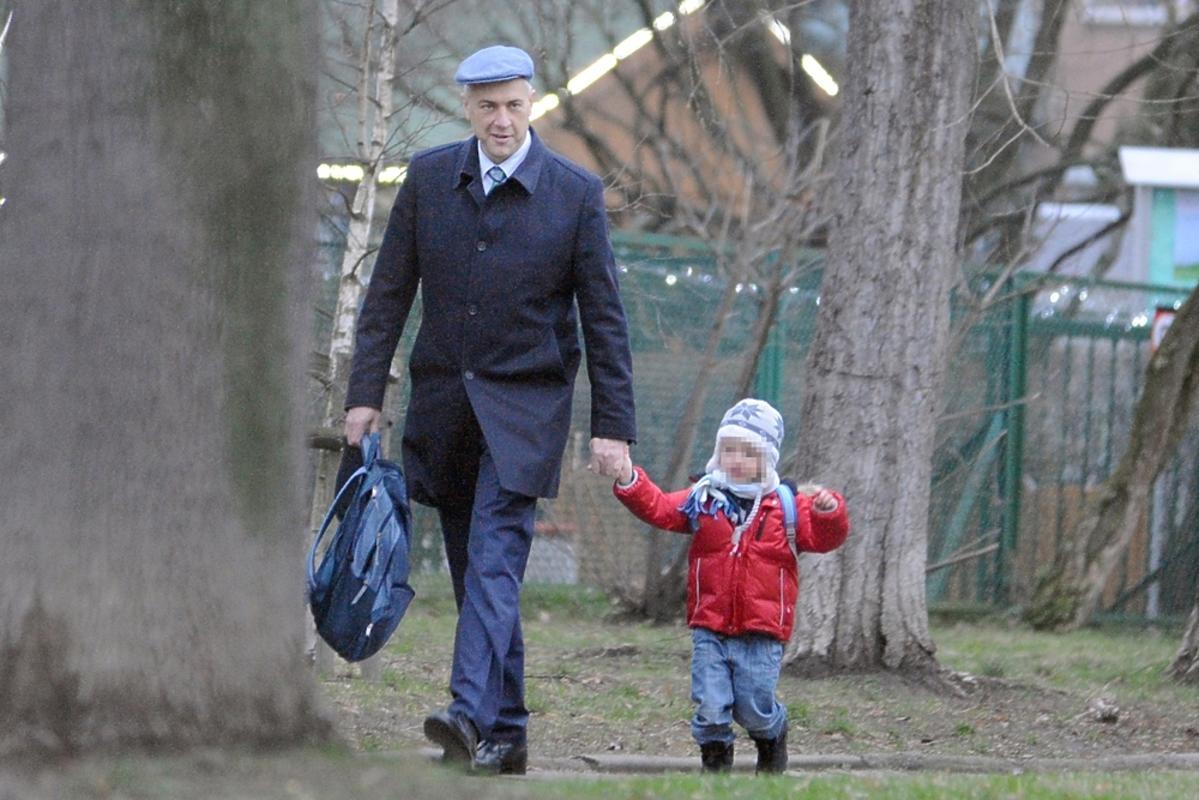 Roman Giertych w czapce z synem w czerownej kurtce na ulicy