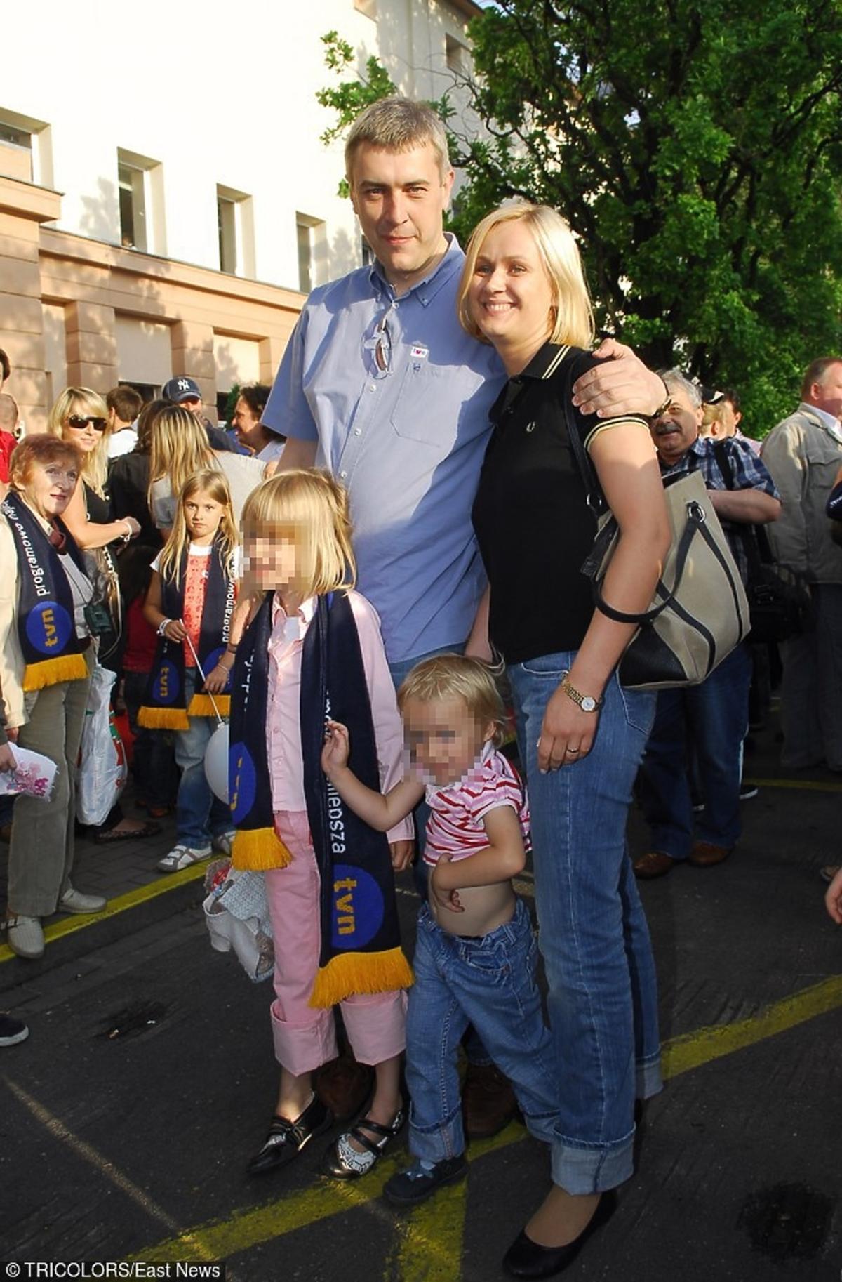 Roman Giertych w płaszczu z żoną Barbarą w letniej kwiecistej sukience z dziećmi na ulicy
