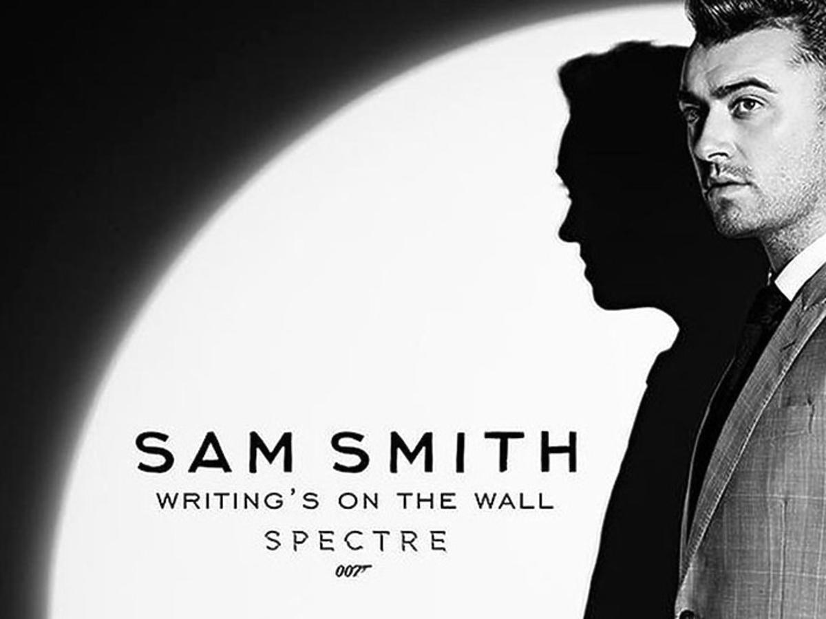 Sam Smith na czarno biało na plakacie Bonda