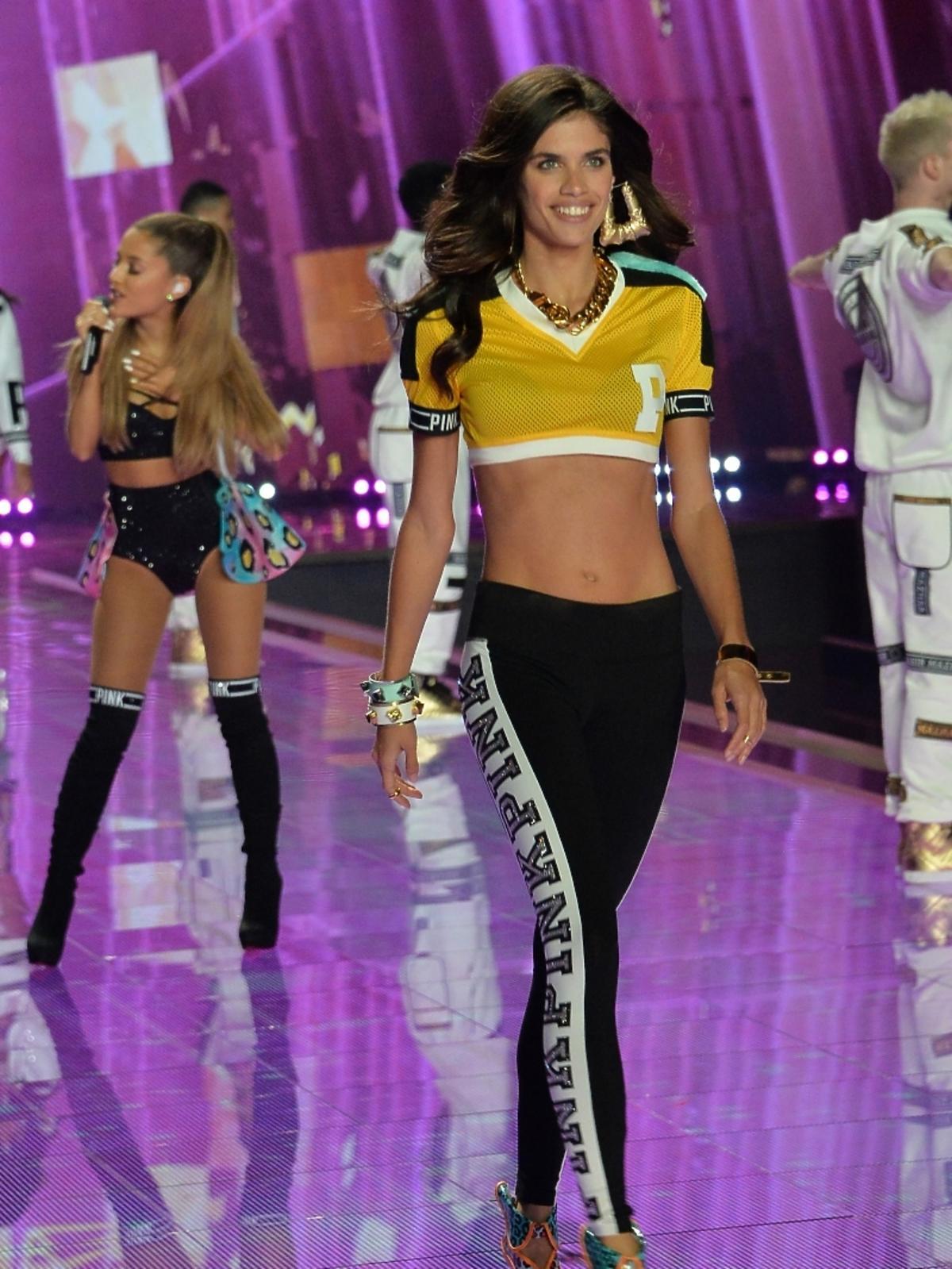 Sara Sampai na  pokazie Victoria's Secret 2014