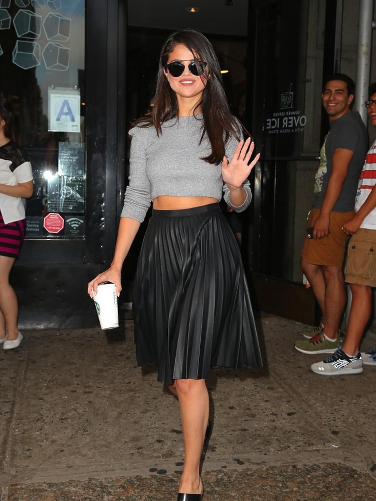 Selena Gomez w plisowanej spódnicy