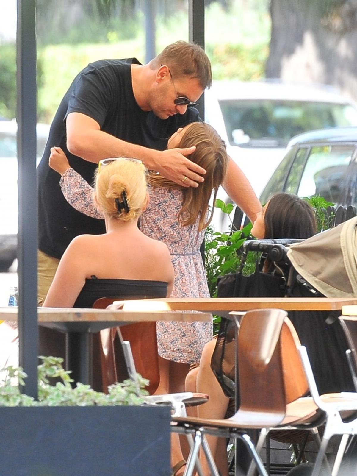 Tomasz Karolak przytula i całuje córkę Lenę