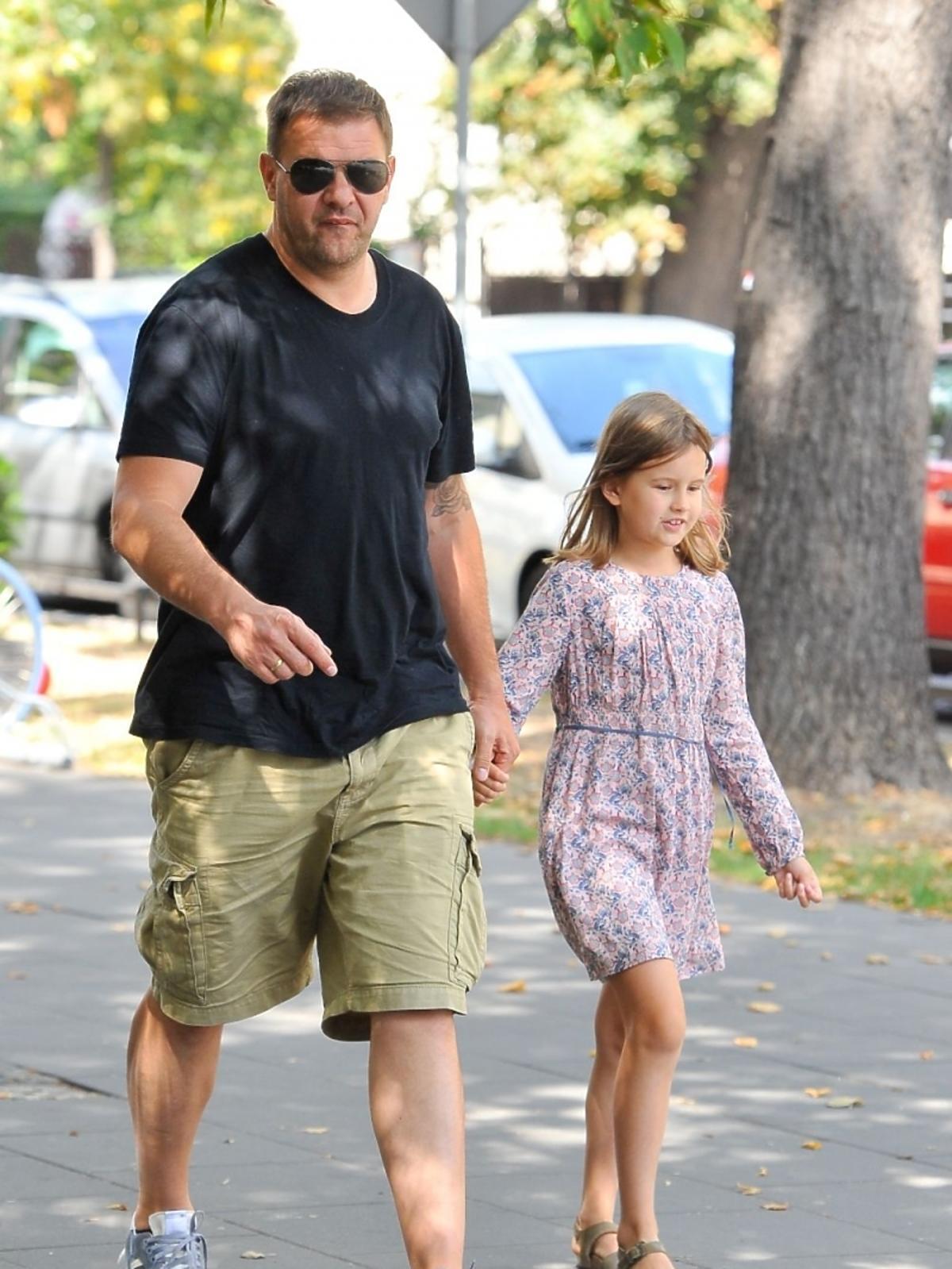 Tomasz Karolak z córką Leną na spacerze