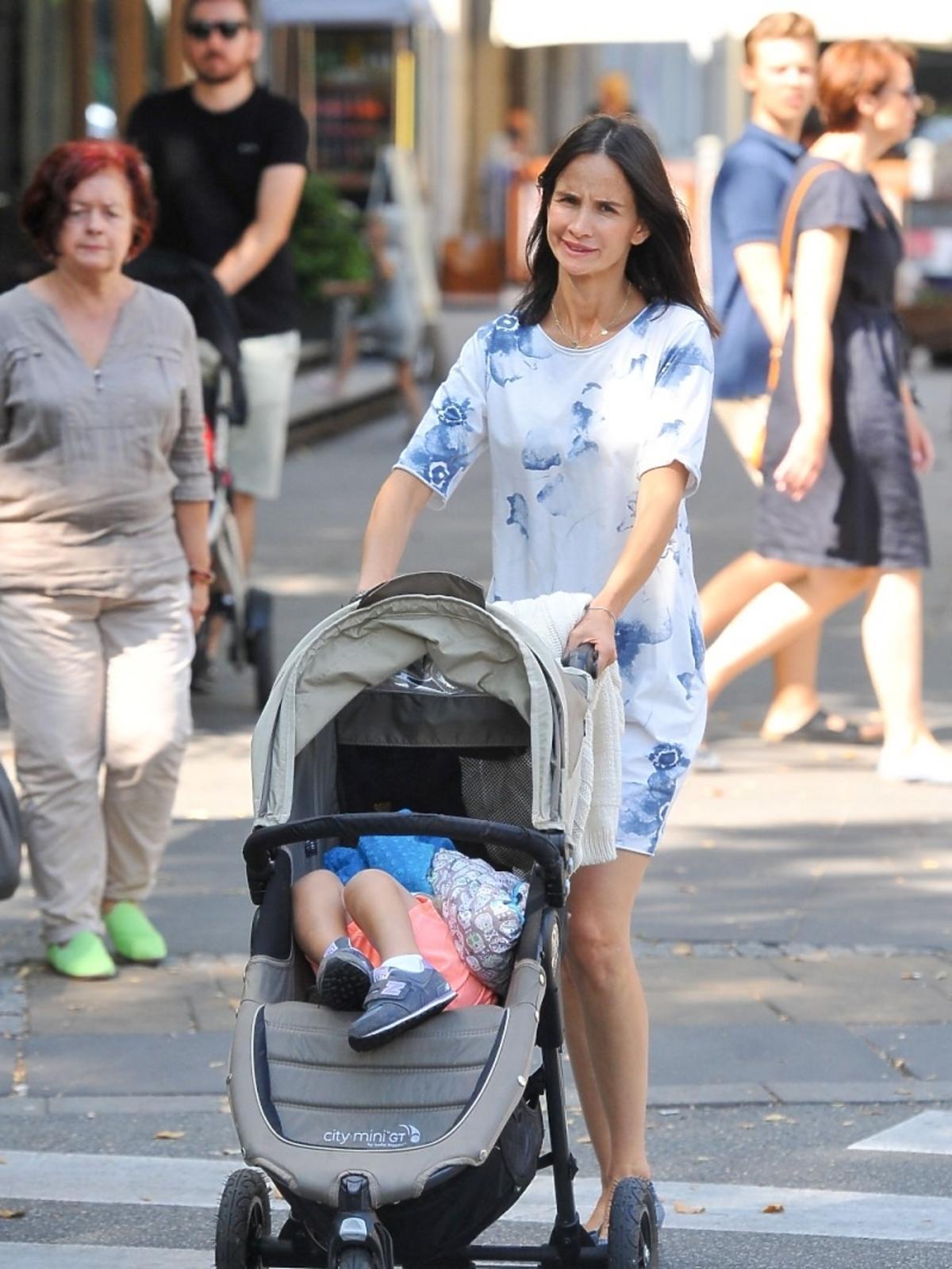 Viola Kołakowska na spacerze z synem Leonem
