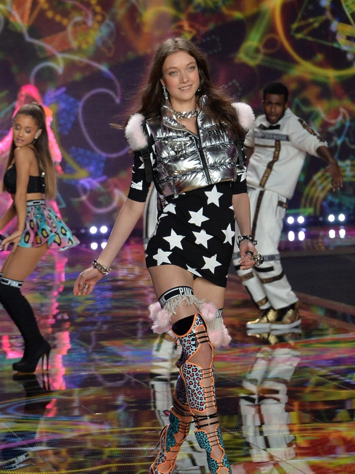 Yumi Lambert na pokazie Victoria's Secret 2014
