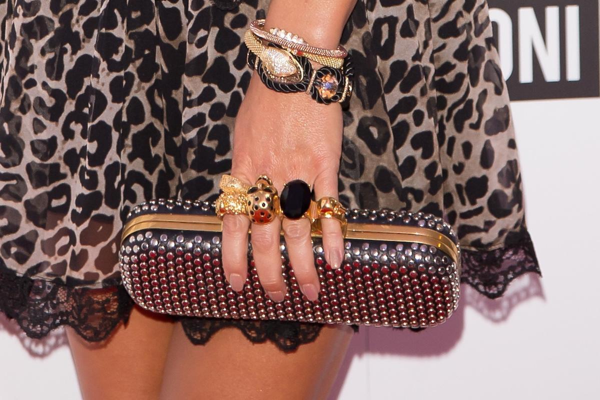 Justyna Steczkowska w sukience w panterkę złote sandały na szpilce, Mała czarna torebka z kryształkami Swarovskiego z ozodbnym uchwytem w kształcie czaszki