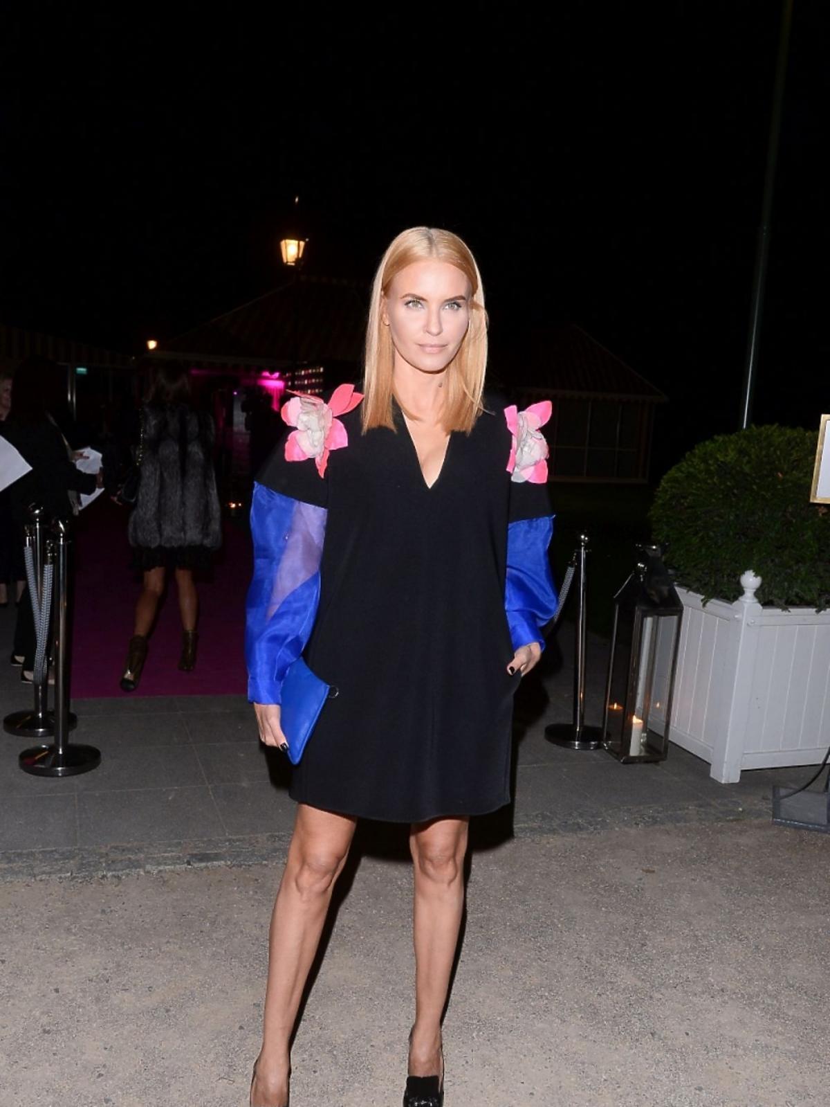 Joanna Horodyńska w sukience z ozdobnymi rękawami
