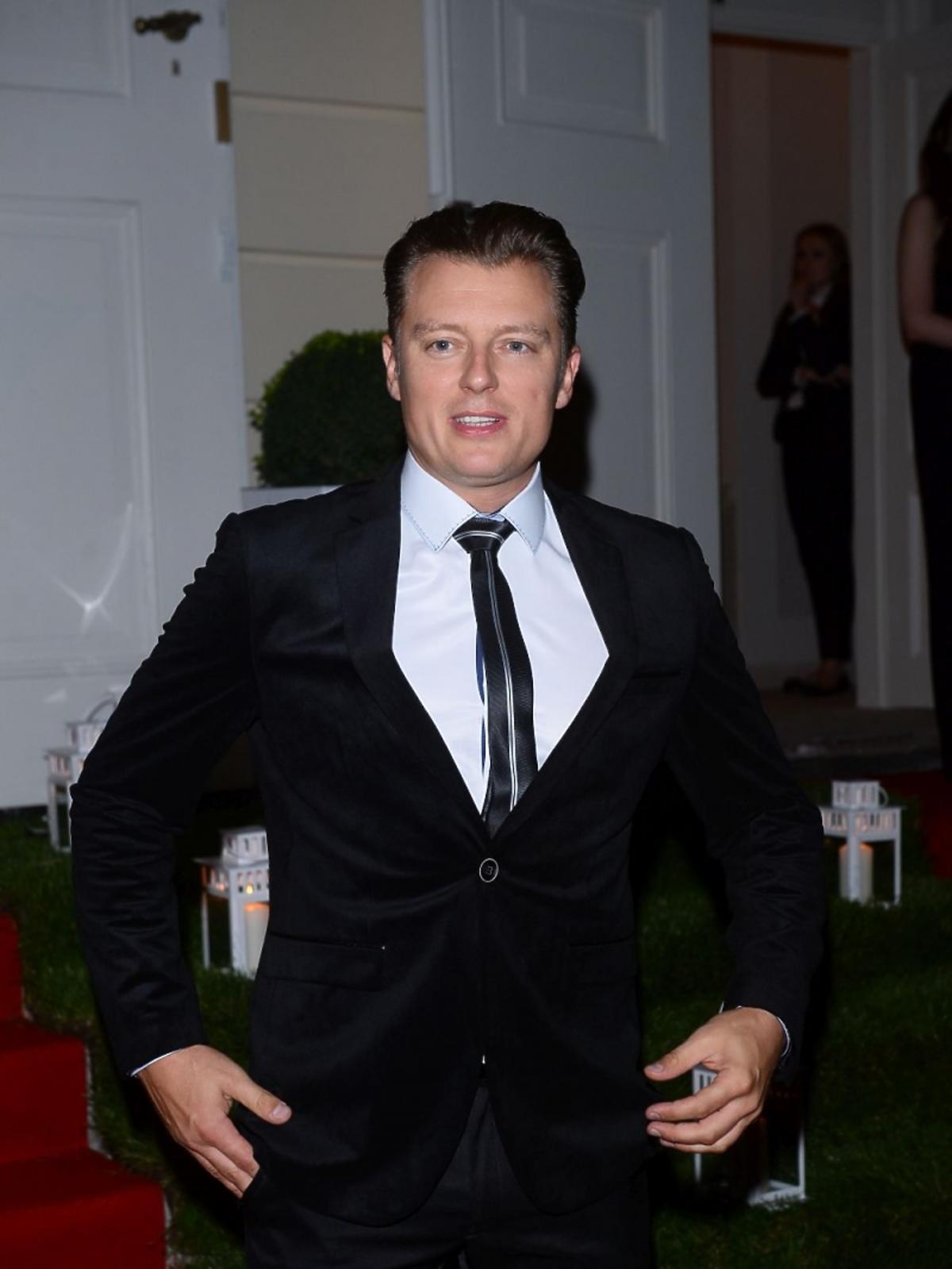 Rafał Brzozowski w garniturze na imprezie marki Kruk
