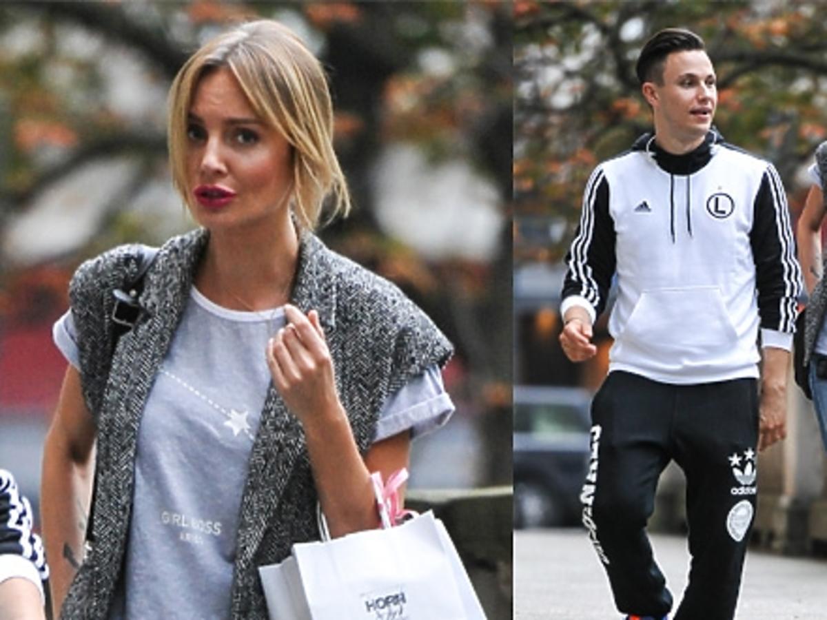 Agnieszka Szulim w dżinsach, płaskich butach i szarej bluzce na ulicy