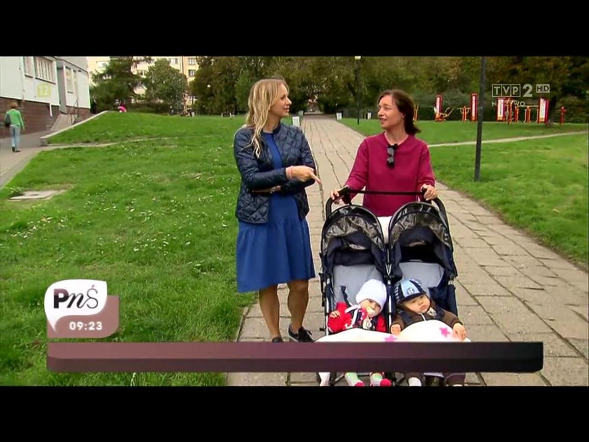Marzena Rogalska w niebieskiej sukience i Barbara Sienkiewicz z dziećmi w wózku