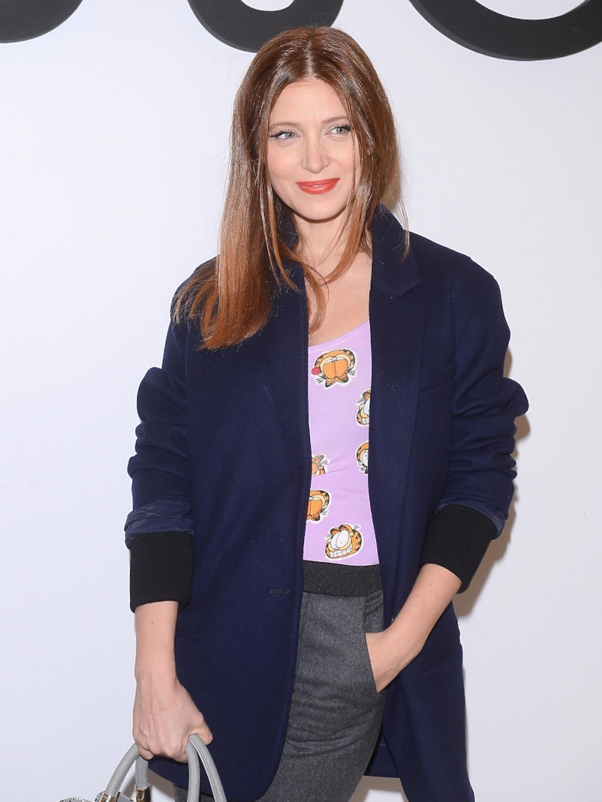 Ada Fijałw szarych spodniach, granatowej marynarce, fioletowym topie w zwiarzaki, torbie w malarskie printy