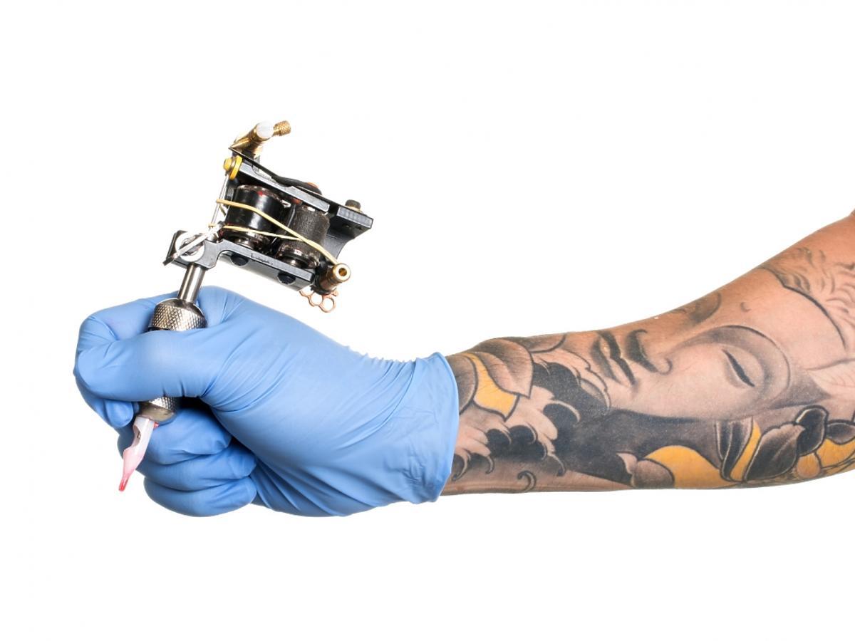 Ręka mężczyzny z tatuażem