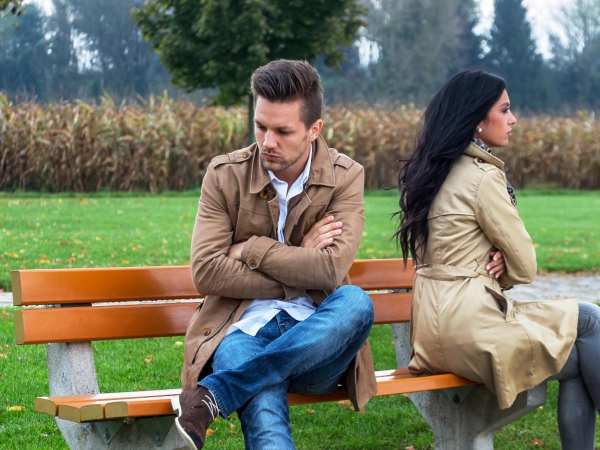 Pokłócona para siedzi na ławce