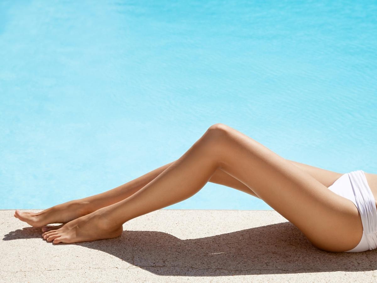 Zdjęcie przedstawia wydepilowane nogi i miejsca intymne