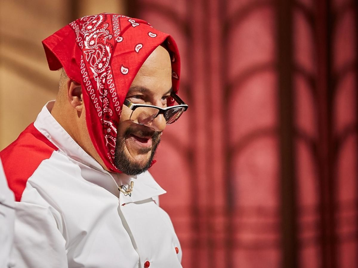Piotr Gąsowski w czerwonej chustce