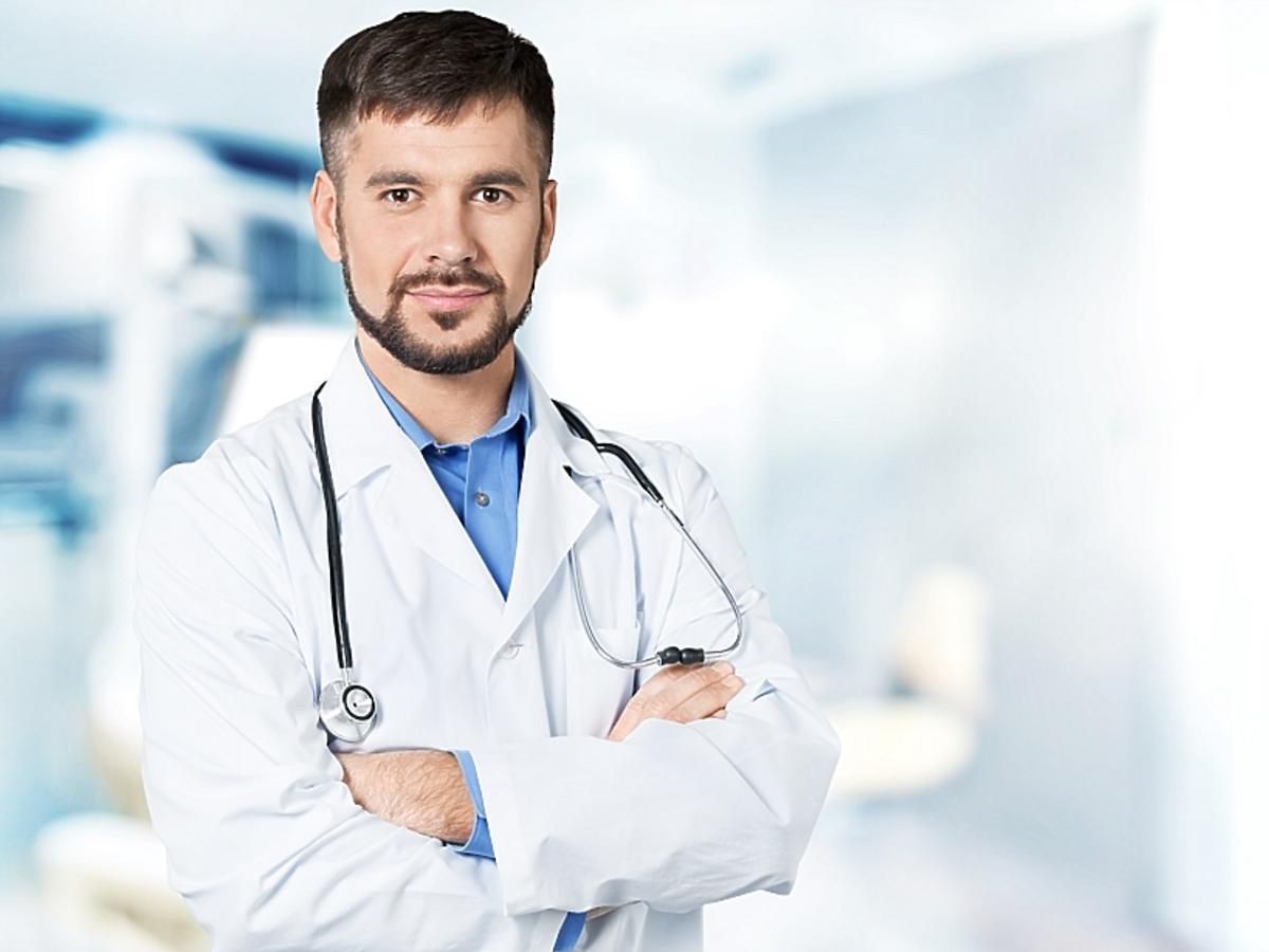 Lekarz w białym fartuchu