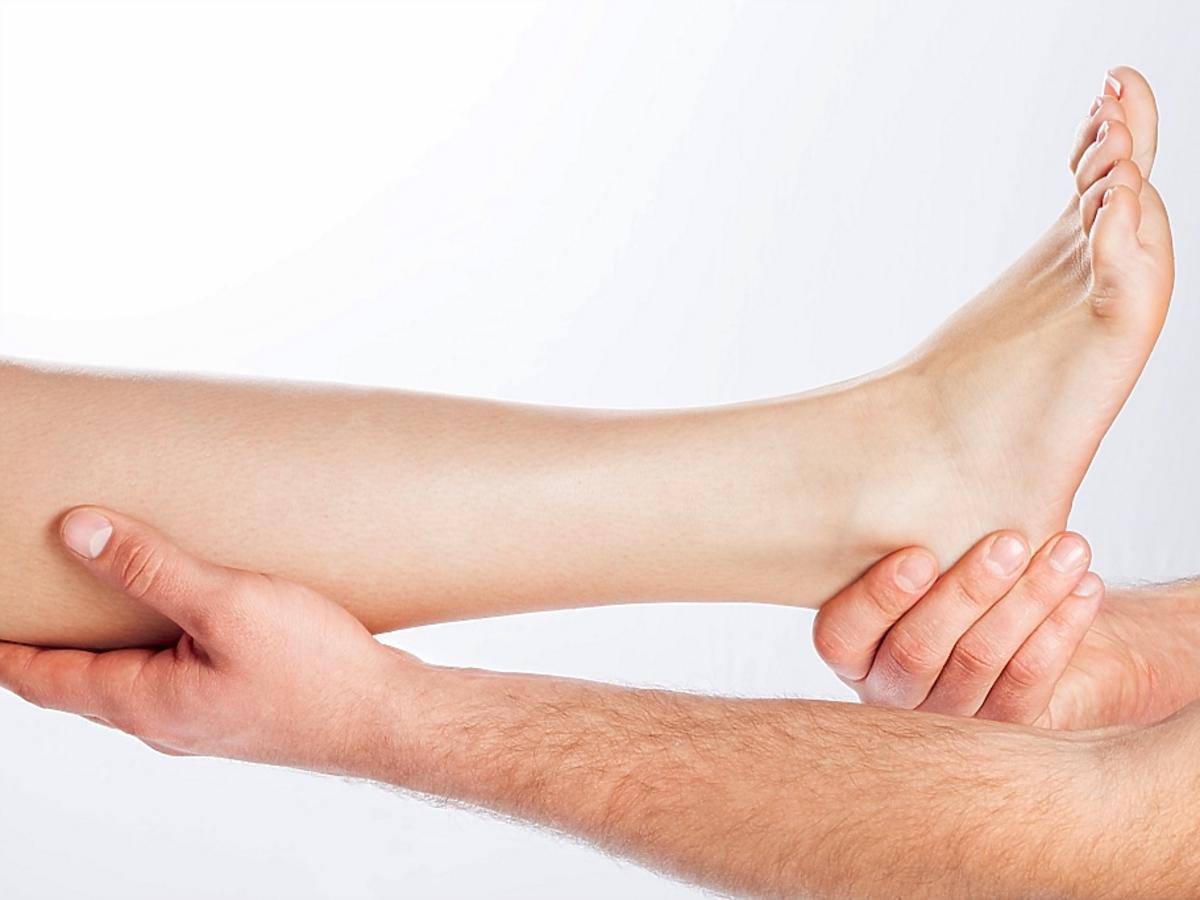 Stopa trzymana przez ręce