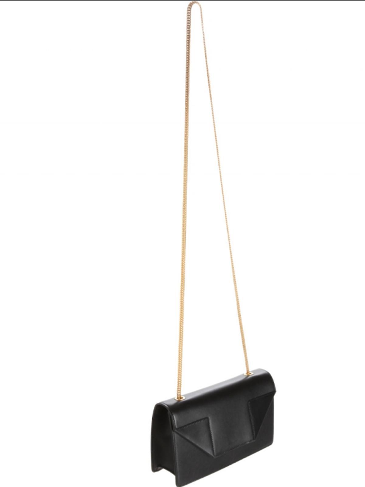 Czarna mała torebka na długim złotym łańcuszku