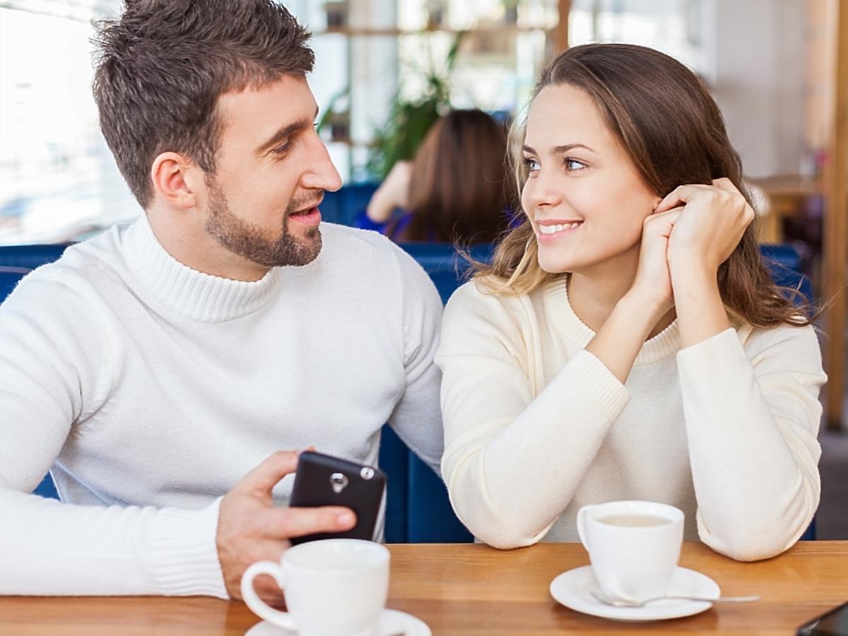 para siedząca i pijąca kawę