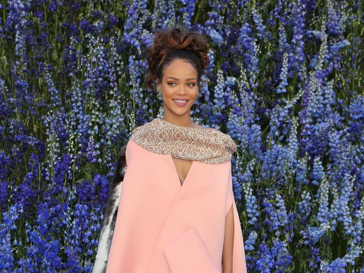 Rihanna w różowej dużej sukience