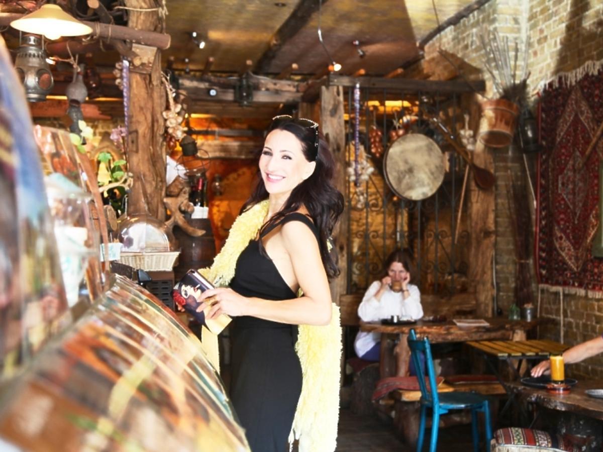 Justyna Steczkowska w zółtym futerku kupuje kawe w Londynie