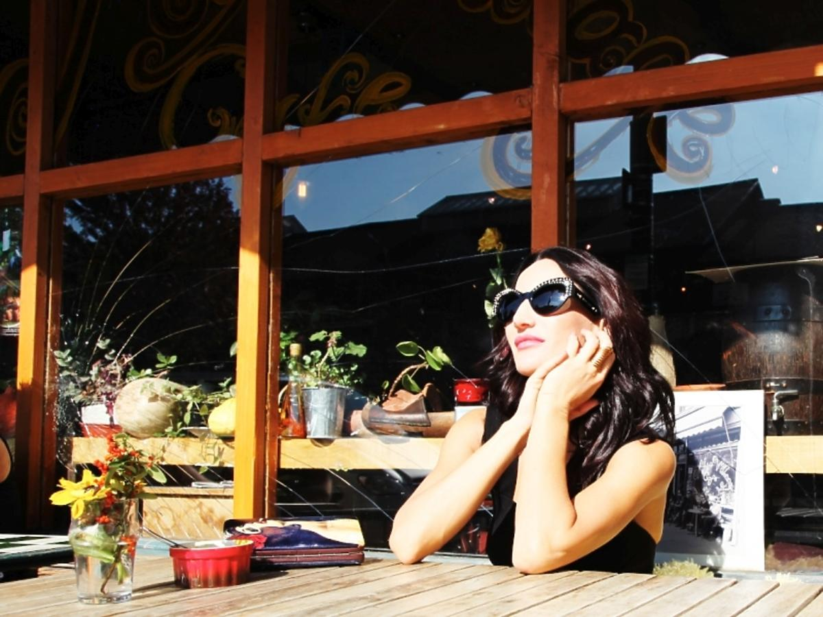 Justyna Steczkowska w okularach przeciwslonecznych na powietrzu