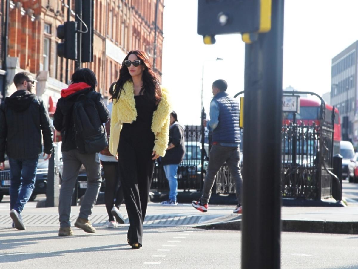 Justyna Steczkowska w żółtym futerku na ulicy w Londynie