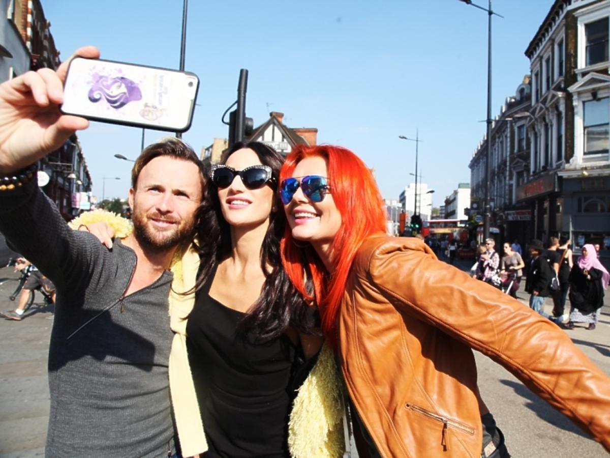 Justyna Steczkowska na ulicy w zółtym futerku w Londynie