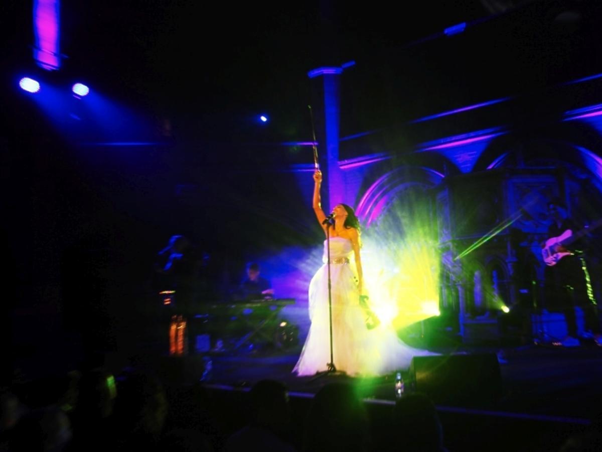 Justyna Steczkowska w białej sukni i skrzypcami na scenie