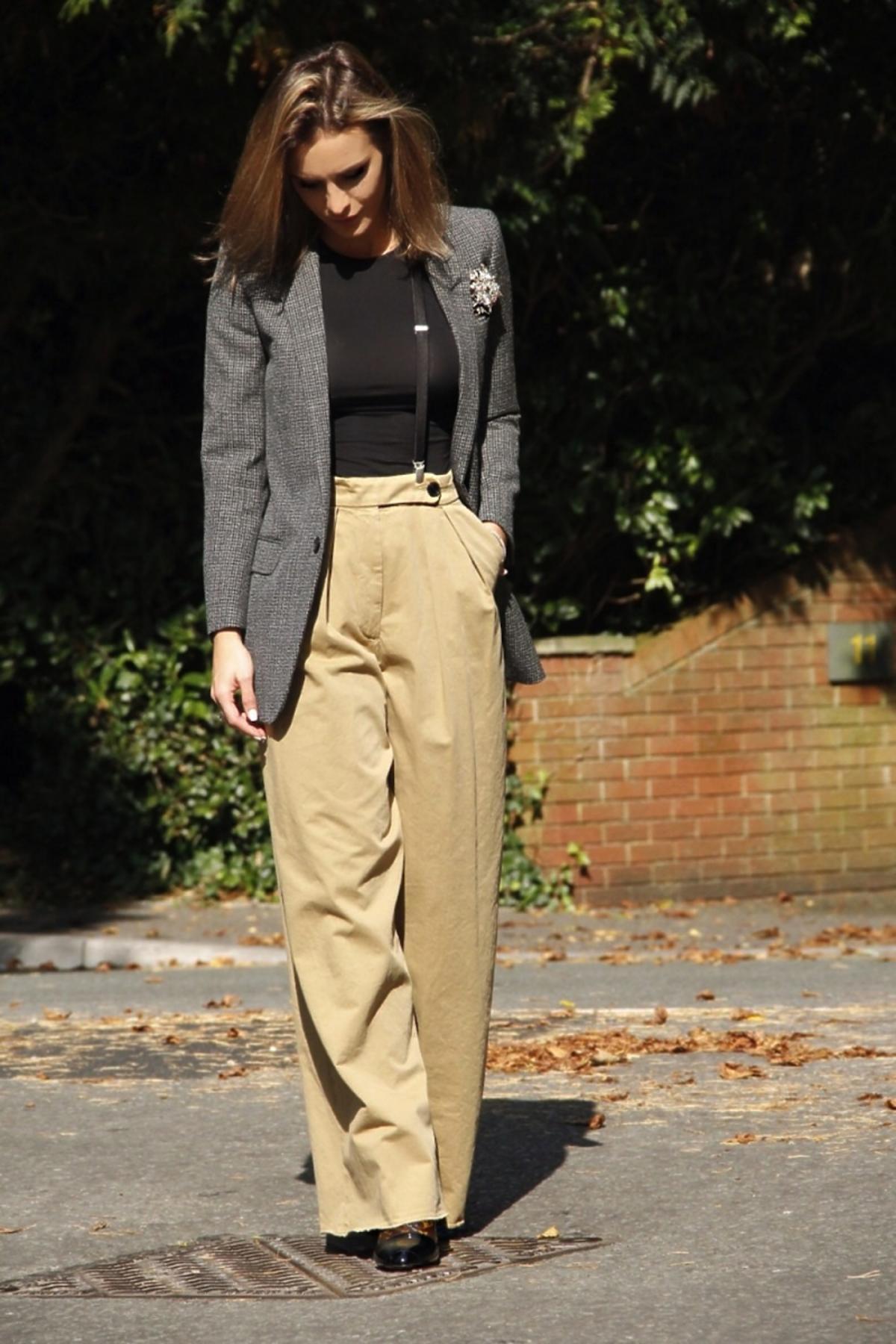 Sara Boruc w szarej marynarce i szerokich spodniach